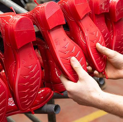 Produzione stivali rossi